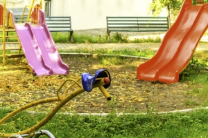 dziecko-w-ogrodzie